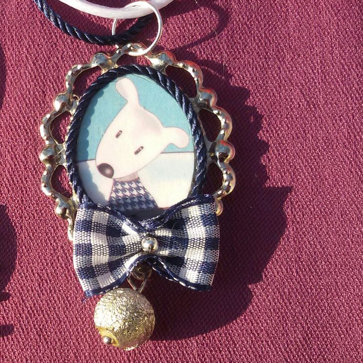 È natale! Bellissima collana realizzata a mano con cammeo con cagnolino con fiocchetto e pallina argentata in stile natalizio kawaii