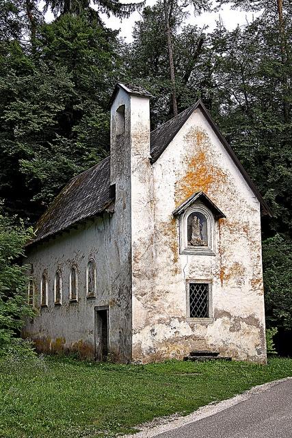 La chiesetta di fronte a Castel Bragher lungo il Cammino Jacopeo d'Anaunia #valdinon