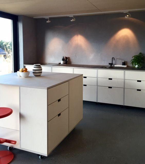 Når to arkitekter skal ha kjøkken - får de det de vil ha!:-) STUDIO10 kryssfiner av bjerk. Levert ubehandlet og kunden har oljet det selv. Råstål på benk. Øy med hjul. Veldig stilig! Takk for flotte bilder! #studio10 #ikea #metod #kjøkken #kitchen #plywood #kryssfiner