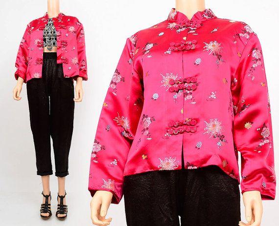 Vintage 70er Jahre Rosa Satin Floral Brocade Kimono der 1970er Jahre orientalisch Chinesisch Mandarin Kragen Frog Closure Jacke Medium M