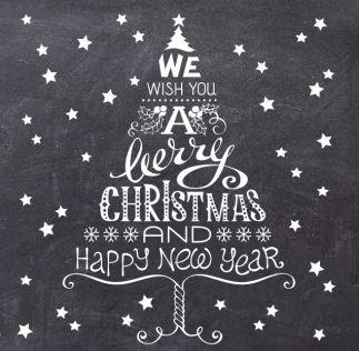 Kerstkaart op krijtbord met een kerstboom van tekst en sterren. Gebruik deze kaart en maak hiervan zelf je eigen persoonlijke kerstkaart. Wil je de kaart door ons laten opmaken? Geen probleem, wij helpen je graag!