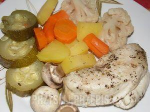 Pierś z kurczaka gotowana na parze z warzywami