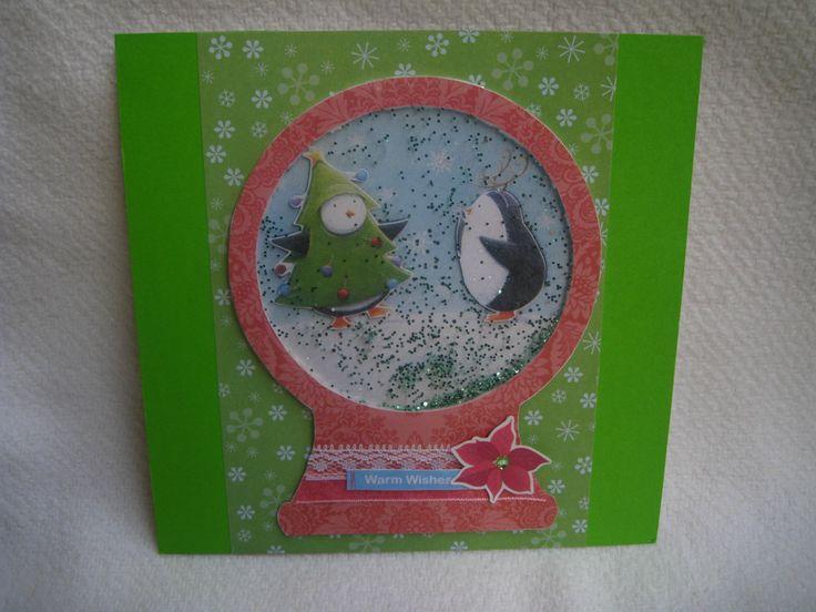 """Přání Veselé Vánoce Základem je bílé kartonové přání. Zdobené kvalitním scrapbookovým a zeleným papírem, 3D obrázkem barevných tučnáčků, květinkou a nápisem """"Warm wishes"""", nalepovacim zeleným kamínkem, světle růžovou stužkou, bílou krajkou a když se přáním zatřepe, tak malé třpytky pokryjí celý obrázek - vypadá to jako sníh. Rozměr přání je cca 14,7 ..."""