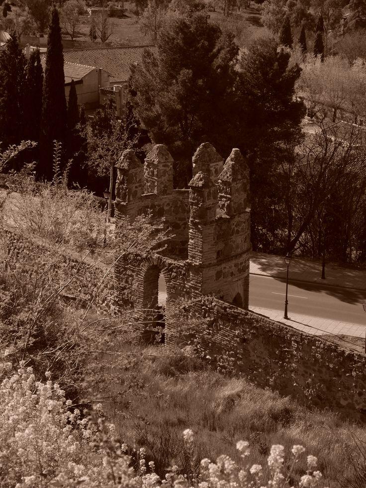 Torre desde las escaleras mecánicas cercanas a Santa Leocadía
