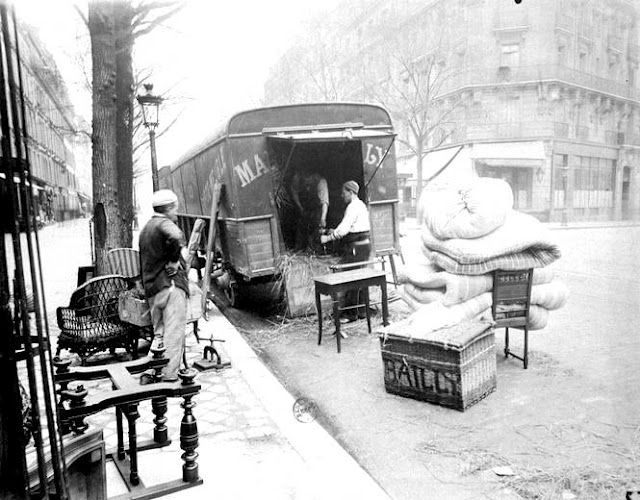 Atget's photographs attracted the attention of artists such as Man Ray, Andre Derain, Henri Matisse and Picasso in 1920.