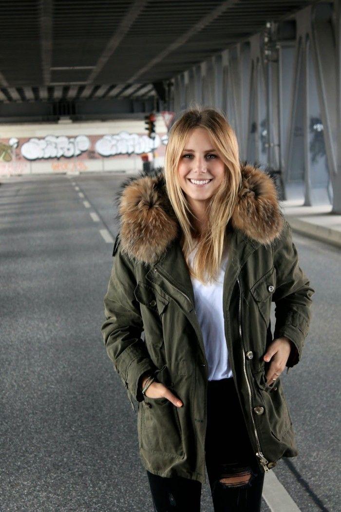 Blondes Model mit khakifarbenem Parka von IQ+Berlin