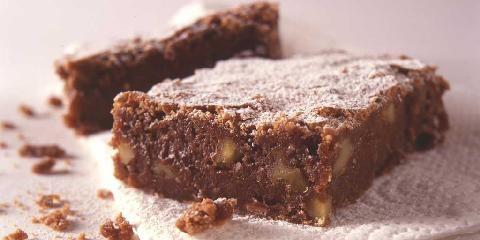 Bløte daimruter - Lettlaget sjokoladekake med knask av valnøtter og biter av daimsjokolade.