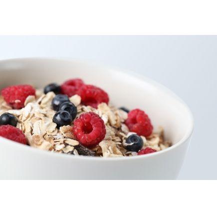 MUESLI FRUITS ROUGES LINÉADIET  L'alliance des céréales muesli et de délicieux fruits rouges pour une pause extra gourmande !  Hyperprotéiné et hypocalorique, le Muesli Fruits Rouges est la gourmandise autorisée pour votre petit déjeuner diététique, rapide à préparé. Les fruits apportent un délicieux parfum aux céréales muesli. Ne perdez pas le plaisir du goût, vous serez séduit !  Petite astuce : Vous pouvez mélanger vos mueslis fruits rouges dans un peu de lait écrémé, c'est à tomber !
