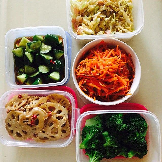 常備菜とは、日々の食事をお助けしてくれるお料理ストックです。今回は不足しがちな野菜を使って作った常備菜をご紹介します。 ついつい特価で買ったしまったお野菜や少し多めに買ってしまってどうしようか悩んでいるお野菜があればぜひ、常備菜に!平日はお仕事で夕食の支度に時間が取れない方も、週末にまとめて作っておくと、普段の食事の準備が少し楽になりますよ♪ 常備菜を手軽に作り、毎日の食事を楽しみましょう。