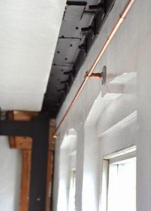 Gardinenstangen selbermachen für einen coolen Touch.  Einfach nur aus Kupferrohren machen. Sehr stilvoll und mal was etwas anderes. Noch mehr Einrichtungsideen gibt es auf www.spaaz.de