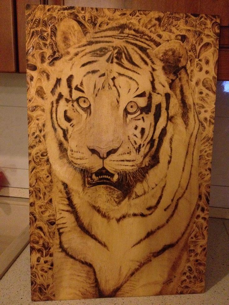 Tigre su tavola di legno compensato, tecnica pirografica. Dimensione 50x70