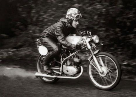 Mujeres pioneras sobre sus motos. Fotografías vintage