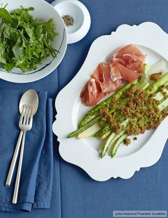 Typisch italienisch? Fast. In den knusprigen Bröseln steckt Parmesan, und auch der Parmaschinken passt ins Bild, aber den Salat bestücken Frankfurter Kräuter.