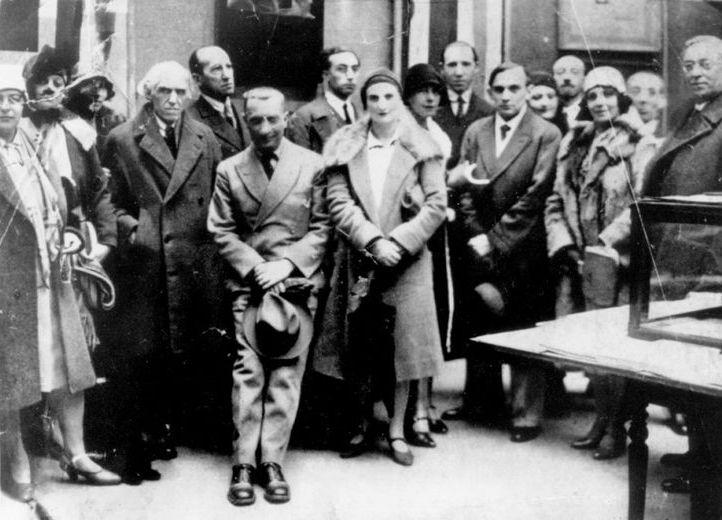 ABSTRACCIÓN-CREACIÓN. Asociación de artistas abstractos que se formó en París en 1931 para contrarrestar la influencia del poderoso grupo surrealista liderado por André Breton. Fue uno de tantos grupos artísticos que se formaron de artistas abstractos en la década de 1930, como CERCLE ET CARRÉ (círculo y cuadrado). Los fundadores fueron Auguste Herbin, Jean Hélion y Georges Vantongerloo. Inauguración primera exposición Cercle et Carre.