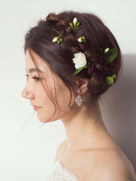ツイストカチューシャに白い小花をちりばめたフェミニンアップ/Side ...