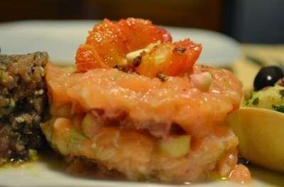 Tartare di salmone arance mandorle e finocchietto