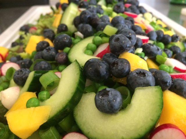 Det er ikke fordi der er det vilde ved denne grønne salat men jeg syntes lige den så så godt ud, så det skulle i da ikke snydes for. Blandet grønsalat Ærter Agurk, halveret og kernerne tages ud inden den skæres i skiver Radisser i skiver Forårsløg i skiver Mango skrællet og i tern Blåbær…