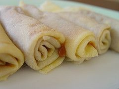 Panqueques light  Receta de panqueques dietéticos Ingredientes para 8 personas Calorías por porción: 80 8 claras de huevo. 1 vaso de leche descremada. 8 cdas. de harina integral. Aceite de maíz o girasol en aerosol para evitar que se pegue la masa.   Leer más en: http://m.aperderpeso.com/recetas-panes/receta-de-panqueques-bajas-calorias.html