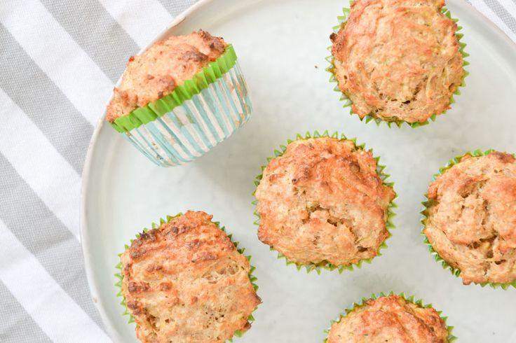 Lekkere licht-zoete Griekse Yoghurt muffins met courgette, die perfect zijn als gezond ontbijt, in een lunchtrommeltje of als verantwoord tussendoortje.