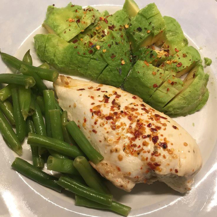 Gestoomde kipfilet met avocado en sperziebonen