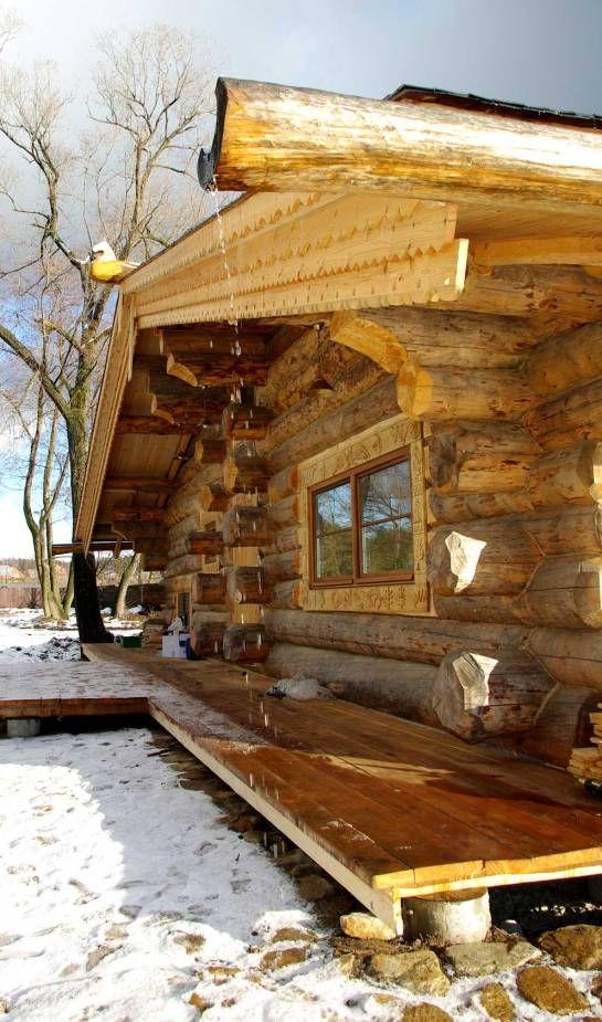 Сруб бани оборудован классической деревянной водосточной системой – поток.