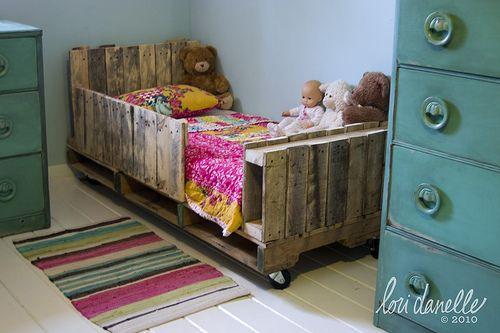 DIY toddler bed: Kids Beds, Pallets Beds, Pallets Furniture, Pallets Kids, Wood Pallets, Child Beds, Pallets Projects, Kids Rooms, Pallets Toddlers Beds