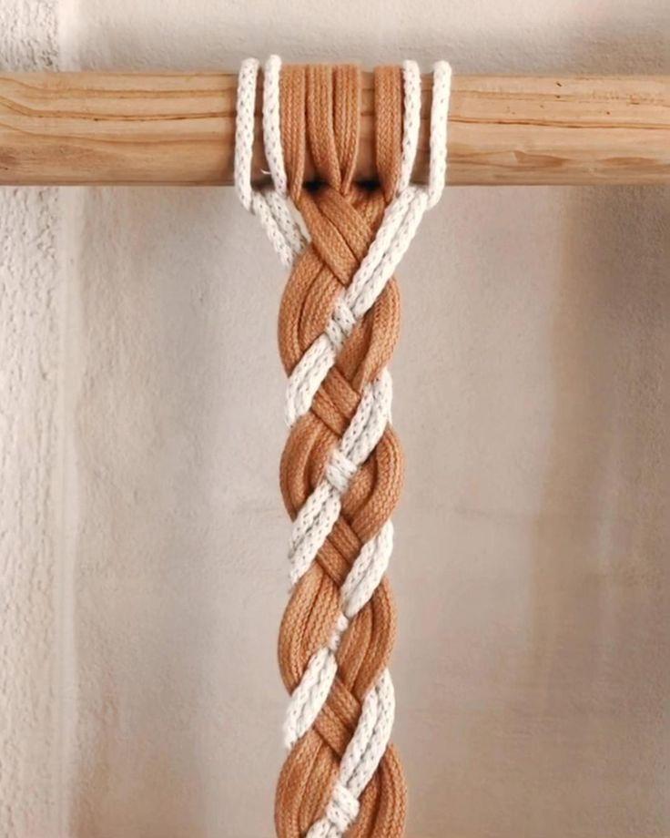 Una trenza simple, con cordones de zapatillas .  Para usar como brazalete, cinturón, para amarrar cortinas, o para lo que más te guste . Macrame Wall Hanging Patterns, Macrame Plant Hangers, Macrame Patterns, Macrame Design, Macrame Art, Macrame Projects, Macrame Jewelry, Rope Crafts, Diy Crafts Hacks