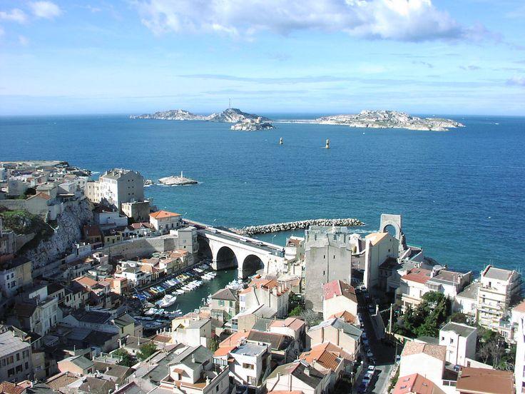 Marseille - Vallon des Auffes - Le vallon des Auffes est un petit port de Marseille de pêche traditionnelle du quartier d'Endoume dans le 7e arrondissement de Marseille. Il se situe à 2,5 km au sud-ouest du Vieux-Port par la corniche Kennedy, entre la plage des Catalans et l'anse de Malmousque.