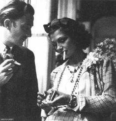Salvador Dalí e Coco Chanel compartilhando um cigarro em 1938