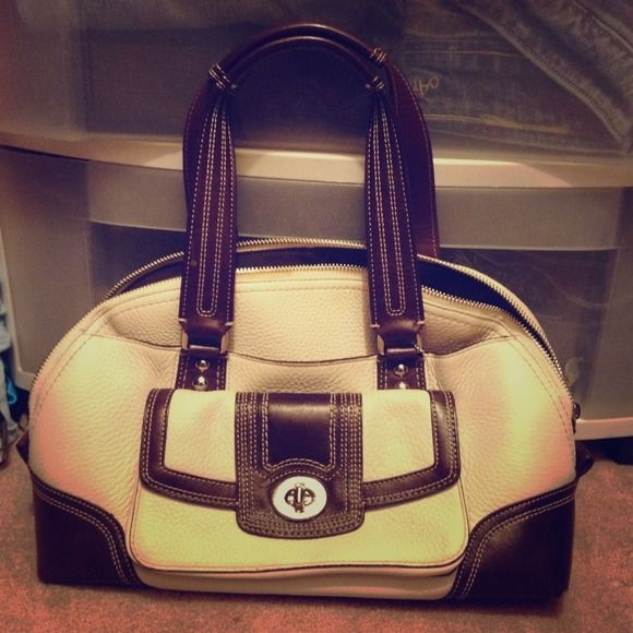 Coach satchel Barely used Coach purse. Perfect size with a large exterior pocket as well. Coach Bags Satchels