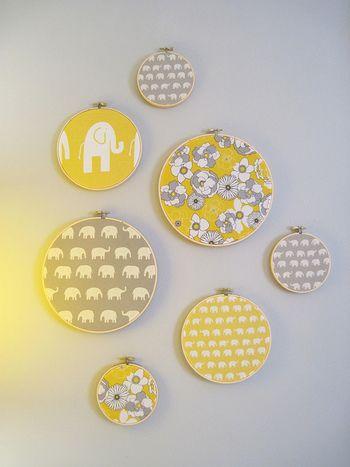 布を張った刺繍枠をいくつか作って壁に飾るだけで、こんなに華やかに!枠の大きさ、布地の色や柄、配置を替えるだけで、幅広くアレンジが楽しめます。