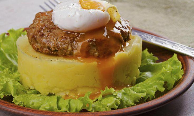 Masový karbanátek s pošírovaným vejcem na šťouchaných bramborách