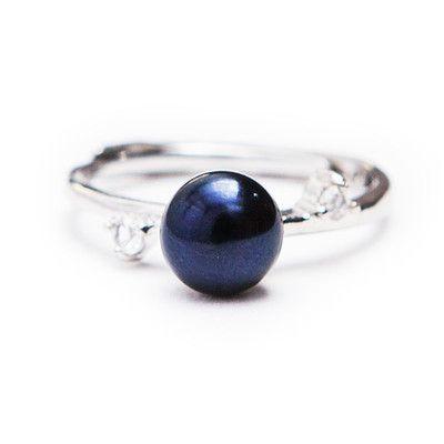 Perlový prsten Hilis Black Decentní prstýnek HILIS se sladkovodní perlou černé (tmavě modré) barvy. Velikost prstenu lze upravit na každý prst. Prsten je z obecného kovu.