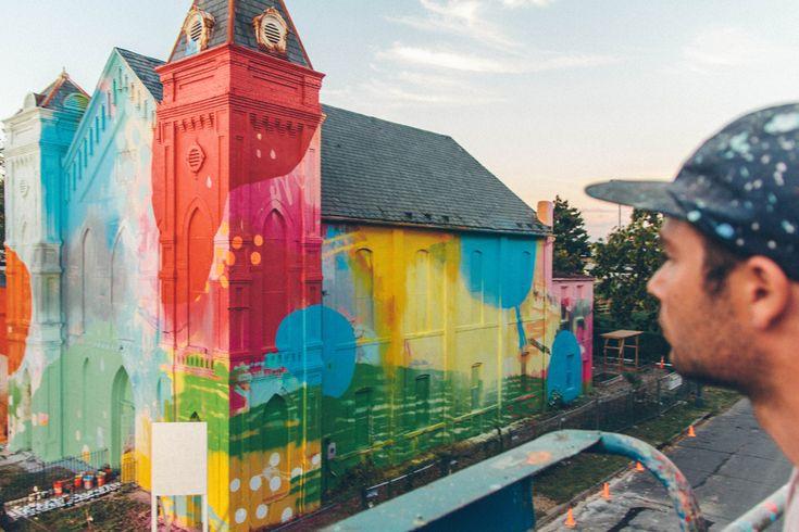 Artista crea una iglesia colorida