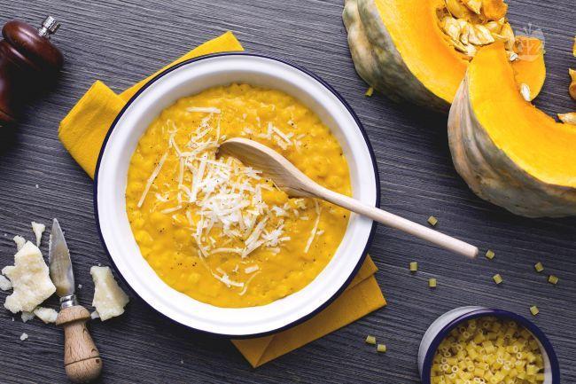 La minestra di zucca è un antico primo piatto  del milanese, preparato con pochi e semplici ingredienti per un connubio gustoso e delicato