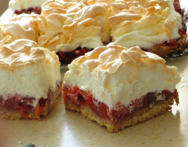Ciasto z kremem, truskawkami i bezą
