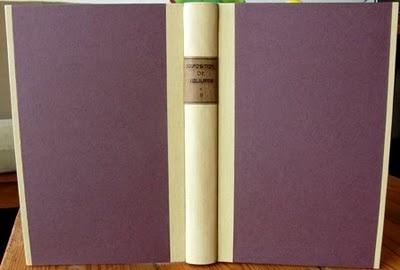 Libro en media tela y bandas con papel.  Tejuelo de cuero con título grabado a mano.