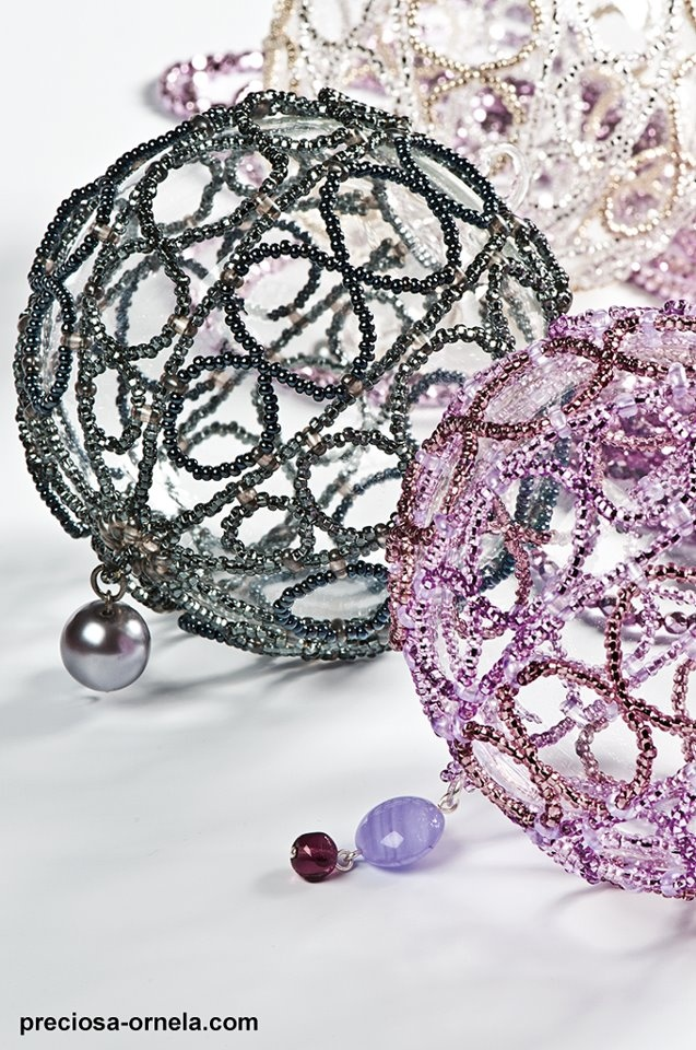 This pattern uses two holed beads to join the sections of beading. (Th link with this is invalid, but the correct link is in another pin--This is a better picture)