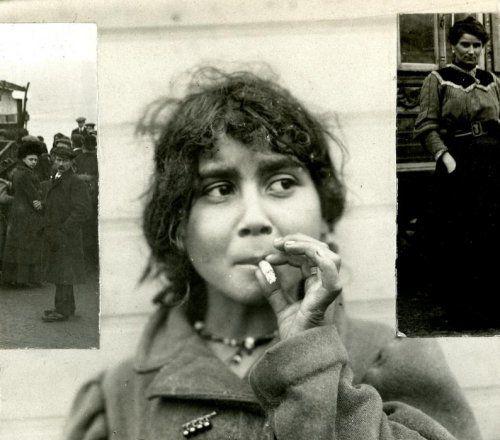 Zigeuners : Meisje dat in een Zigeunerkamp bij Amsterdam woont rookt een sigaret na de maaltijd. Nederland, 1912.