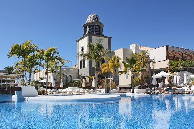 Foto: 11,30h. y la temperatura perfecta para el primer chapuzón del #sábado. ¿A qué esperas?  * It's 11,30am and we have the perfect temperature for the first #splashdown of this #Saturday. Our main #pool is waiting for you!   #CostaAdeje #Adeje #Tenerife #LoveAdeje