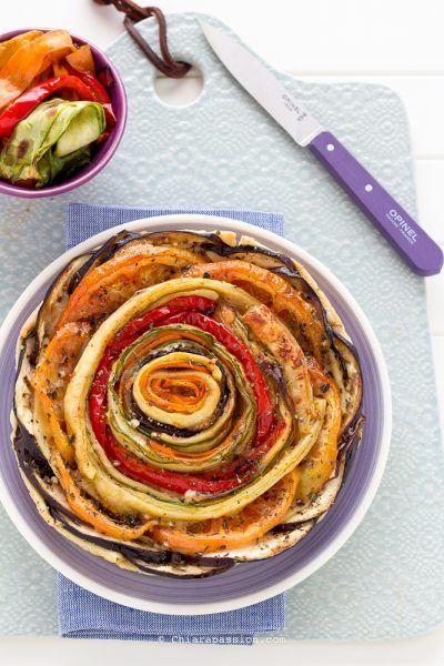 La torta salata con verdure conquista per la sua estrema facilità d'esecuzione e la sua bellezza. Basta un rotolo di pasta sfoglia pronto, le...