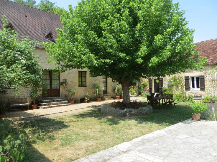 En Périgord Noir, entre Montignac-Lascaux et les Eyzies, cette propriété se situe à 2 kilomètres d'un petit village typique avec quelques commerces. La propriété est située au calme, sans voisin proche mais non isolée. Elle profite d'une belle vue sur la vallée avec en ligne de mire pas moins de deux châteaux et une église! La propriété se compose d'une maison d'habitation d'environ 190 m² ( 4 chambres ), d'une maison d'amis ou gîte totalement indépendant de 70 m²...