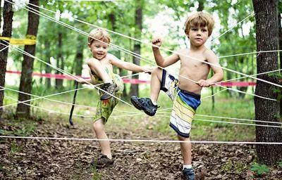 Carrera de obstáculos de cumpleaños y correr el barro para los niños por Bajo el Sycamore