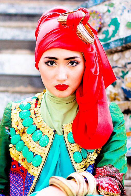 Looooooove this bright lips and bright red turban....Dian Pelangi