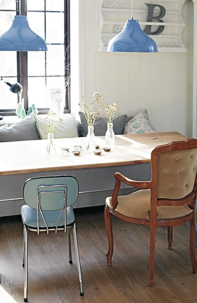 KJØKKEN: Blå pendler fra Hübsch, og stoler og slagbenk kjøpt på et loppemarked skaper et landlig preg. Kjøkkenbordet er arvet.