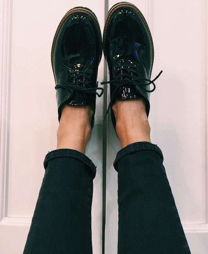 Rien de tel qu'une paire d'oxford shoes vernies pour réveiller un slim noir roulotté sur la cheville !