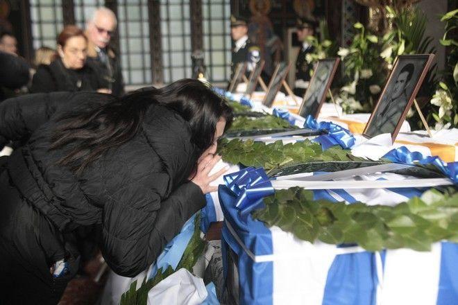 """Σε κλίμα συγκίνησης και με τιμές έγινε η μεταφορά των λειψάνων 6 στρατιωτικών της που είχαν σκοτωθεί στην Κύπρο. """"Συγγνώμη"""" ζήτησε από τους συγγενείς ο υπουργός Άμυνας, Πάνος Καμμένος"""