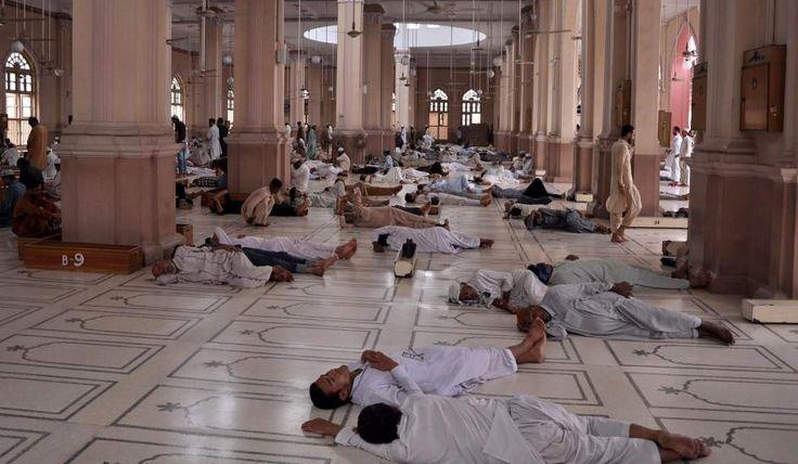 Un grupo de hombres descansa en una mezquita de Karachi (Pakistán), al inicio del mes del Ramadán.