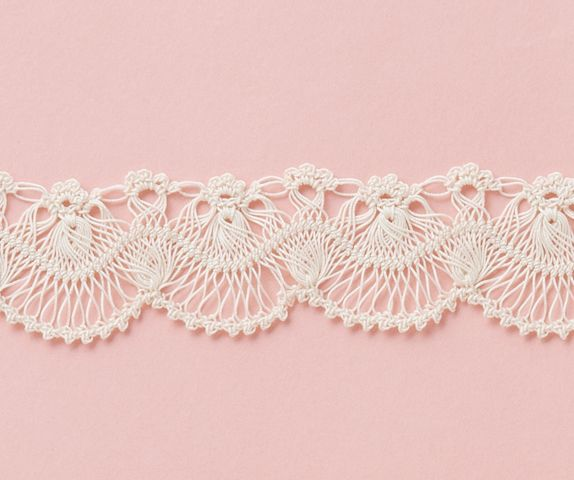 Pattern: Hairpin crochet design. PDF by Clover ~ http://www.clover.co.jp/recipe/80_hairpin_b.pdf http://media-cache-ec0.pinimg.com/736x/e7/90/e6/e790e606c042df8f90046ebab83088be.jpg