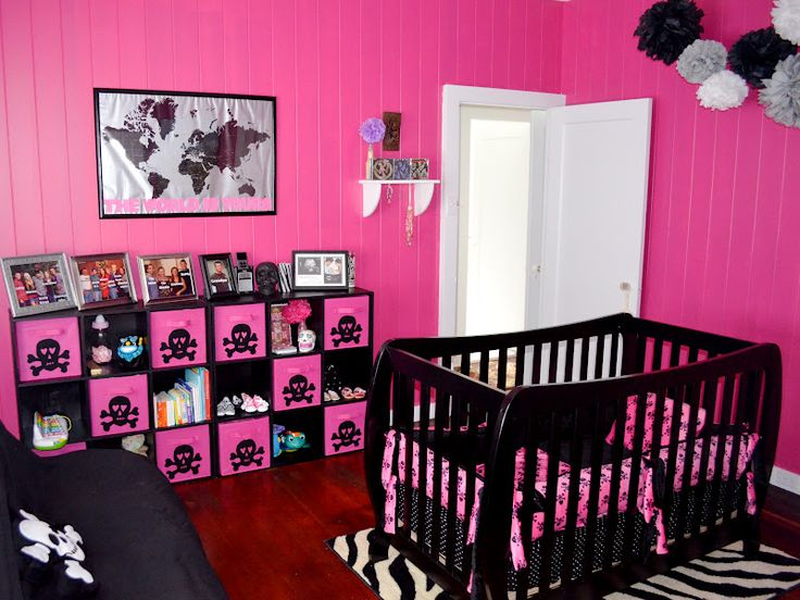 wonder how to get the skulls onto those canvas type drawer thingys?? Keeeeri can you plleeeease maybe make your god daughter some of those poofy things for her bedroom? Just tell me what I need to buy for them
